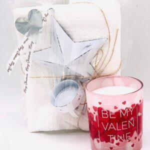 """Presentpåse - Kökshandduk, ljushållare stjärna, doftljus """"Be my Valentine"""""""