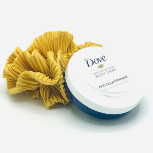 Presentpåse: Scrunchie och Dove Bodycream