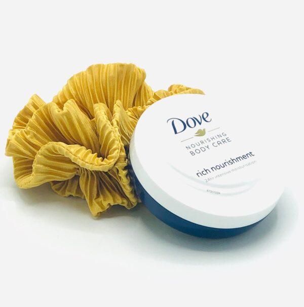 Presentpåse: Scrunchie och Dove Bodycream