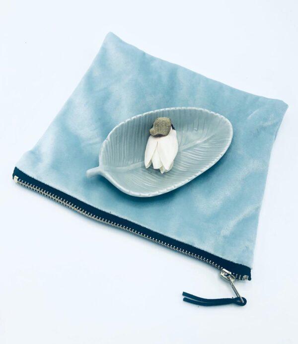 Presentpåse: Sminkväska sammet, fat blad, blomknopp