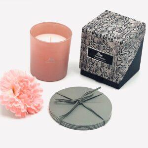 """Presentpåse: MEYA doftljus """"Rosa Fantasy"""", glasunderlägg i läder, blomma"""