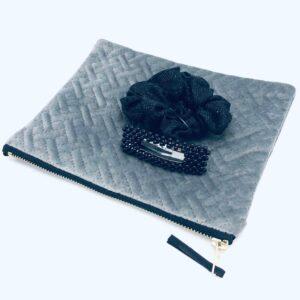 Presentpåse: Scrunchie x2, hårklämma, sminkväska i sammet