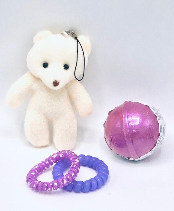 Presentpåse: Nalle accessoar, badbomb, totteband x 2