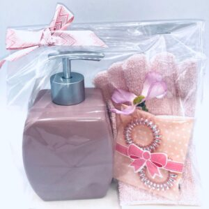 Presentpåse: Tvålpump, peelinghandskar, hårsnoddar, blomma