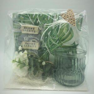 Presentpåse - Servetter, ljuslykta, blommor, gräddlakrits