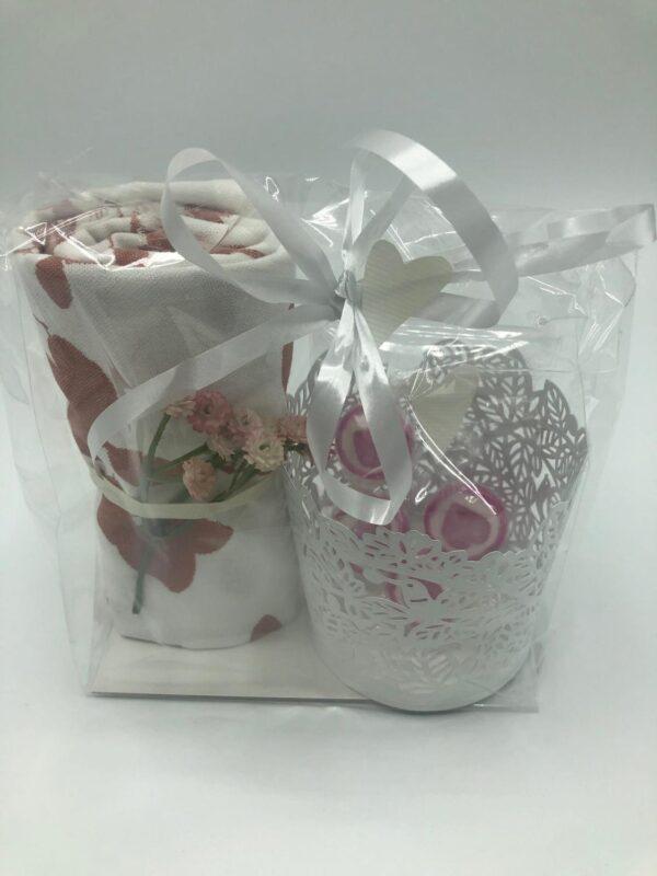Presentpåse - Kökshandduk, blomsterkvist, ljuslykta, karameller