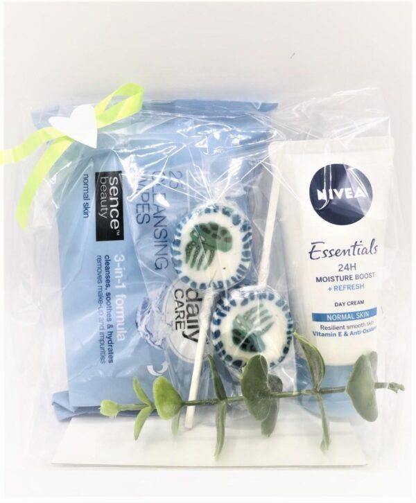 Presentpåse - Rengöringsdukar, Nivea essentials dagcreme, kvist, klubbor