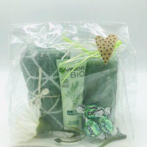 Presentpåse - Handduk, Garnier Bio dagcreme, nejlika, blockljus, 3 mintchoklad