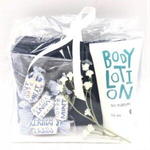 Presentpåse - Handduk, bodylotion, blommor, mintkolor