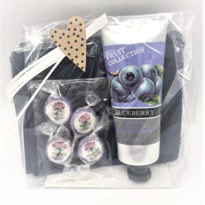 Presentpåse - frottehandduk, bodylotion blueberry, karameller