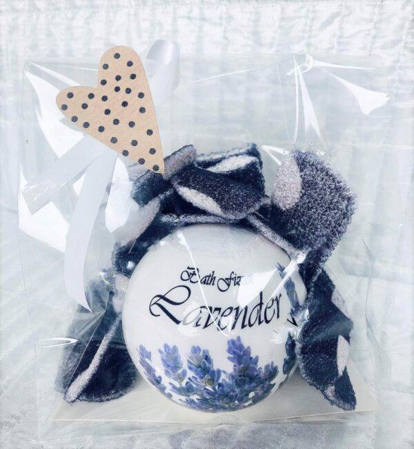 """Presentpåse - Badbomb """"Lavendel"""" och peelinghandskar"""
