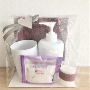 Presentpåse - Frottehandduk, badrumset (tvålpump, mugg), ljus, badsalt med lavendel