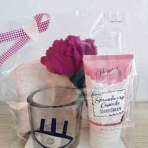 Presentpåse - Frottehandduk, handcreme Strawberry cupcake, ljuslykta, nejlika