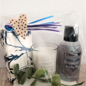 """Presentpåse - Bubbelbad """"Blueberry"""", ansiktsservetter, doftljus, eakalyptuskvist"""