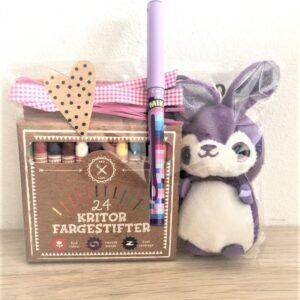 Presentpåse - Gosedjur lila kanin, 24 färgkritor, penna