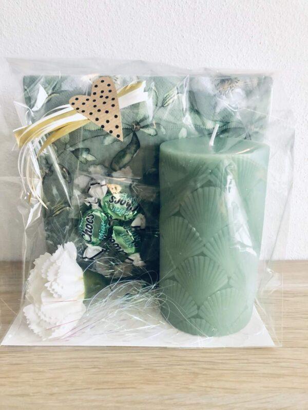 Gröna paketet: servetter, blockljus, nejlika, mintchoklad