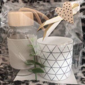 Presentpåse; vattenflaska, ljuslykta och eakalyptuskvist