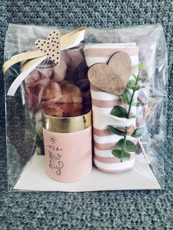 Presentpåse; servetter, doftljus, kökshandduk, hjärta, eakalyptuskvist