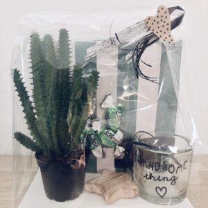 Presentpåse - Servetter, ljuslykta, trähjärta, mintchoklad, suckulentväxt