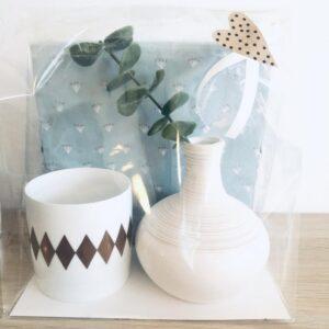Paket med servetter, vas med eakalyptuskvist, ljuslykta