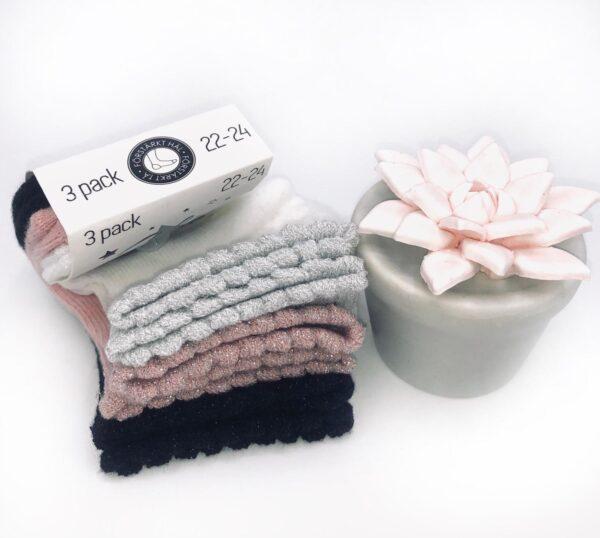 Presentpåse - strumpor och keramikblomma