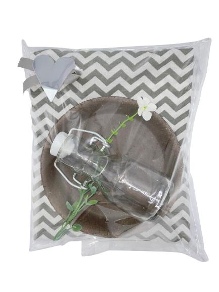 Presentpåse - kökshandduk, betongfat, glasflaska, blomma
